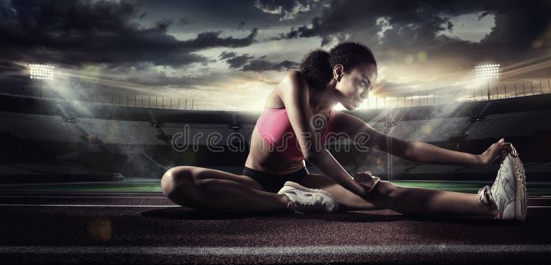 sport Coureur s'étendant sur la voie courante photos stock
