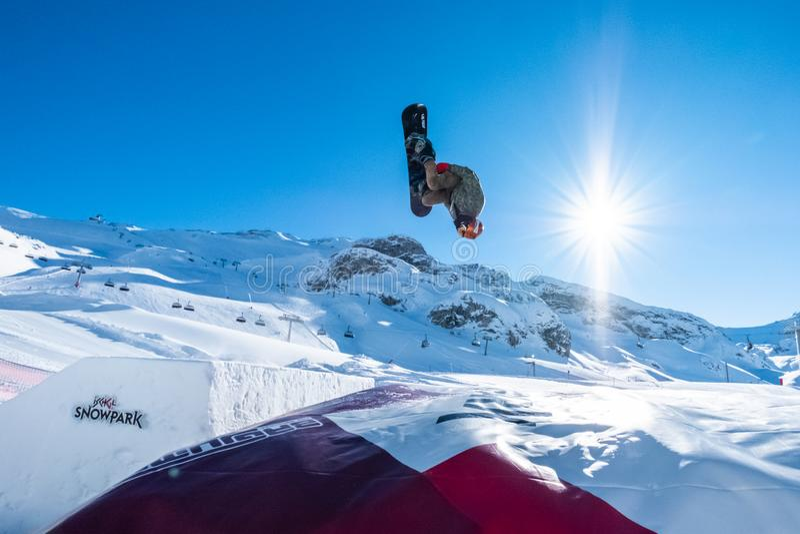 Sport d'hiver faisant du surf des neiges le style libre en Autriche photographie stock libre de droits