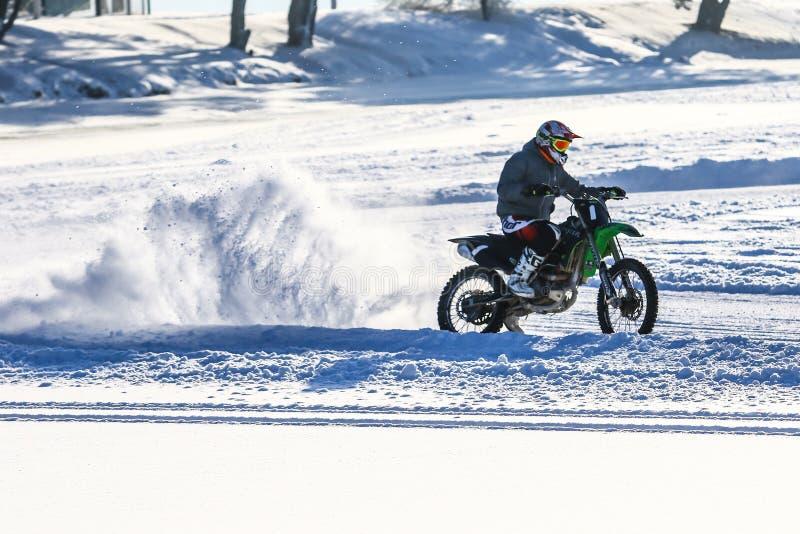 Sport d'hiver sur le lac congelé photos stock