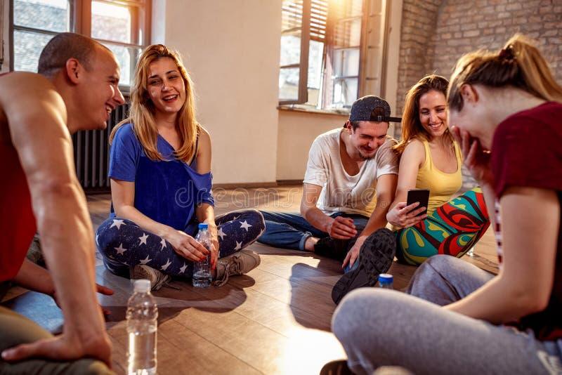 Sport, dancing e concetto urbano della cultura - gente più densa che ha fotografia stock libera da diritti