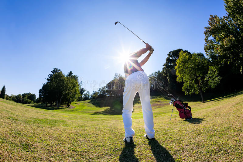 Sport de golf : le golfeur frappe une pousse du fairway photographie stock