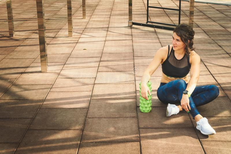 Sport de thème et médecine de sports de réadaptation La belle athlète caucasienne mince forte de femme repose le prochain champ d photos libres de droits