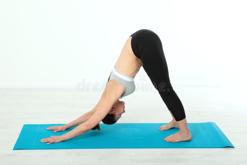 Sport De vrouw van de geschiktheidsyoga De mooie vrouw die op middelbare leeftijd yoga doen stelt De conceptenmensen zijn trainin stock foto