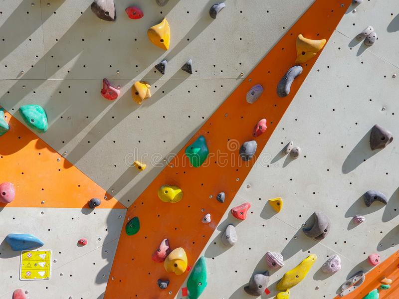 Sport dell'interno ed all'aperto che scalano parete di pietra immagine stock