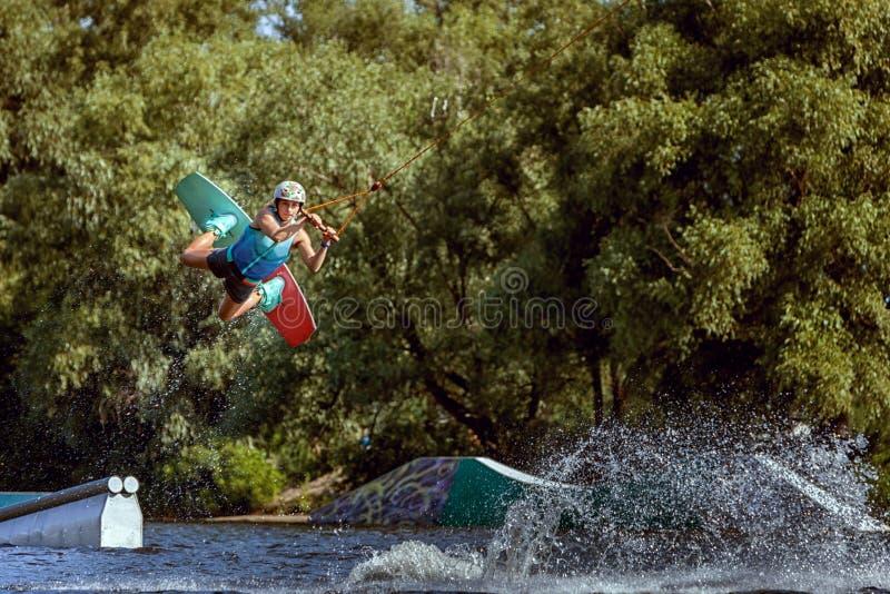 Sport, der auf einem wakeboard ausbildet stockbild
