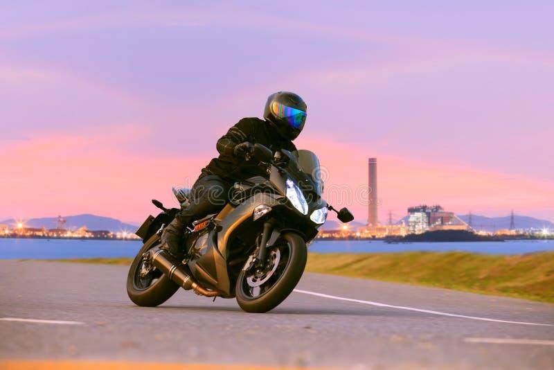 Sport di guida del giovane che visita motociclo strade principali AG dell'asfalto immagine stock libera da diritti