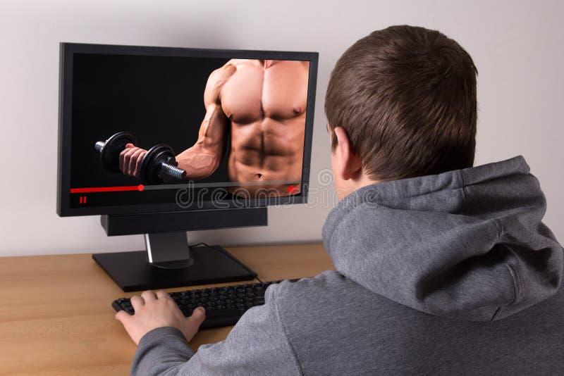 Sport di sorveglianza dell'uomo che si prepara online a casa fotografia stock libera da diritti