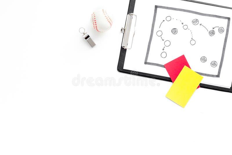 Sport die concept beoordelen Voetbalscheidsrechter Tactiekplan voor spel, bal, rode en gele kaarten, fluitje op witte bovenkant a royalty-vrije stock afbeelding