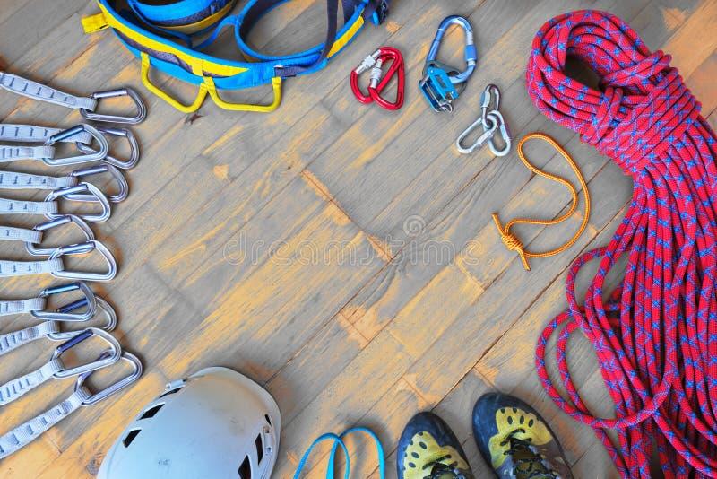 Sport die toestel met ruimte voor tekst in het midden beklimmen - top down mening, houten achtergrond Reeks van: quickdraws, helm royalty-vrije stock foto's