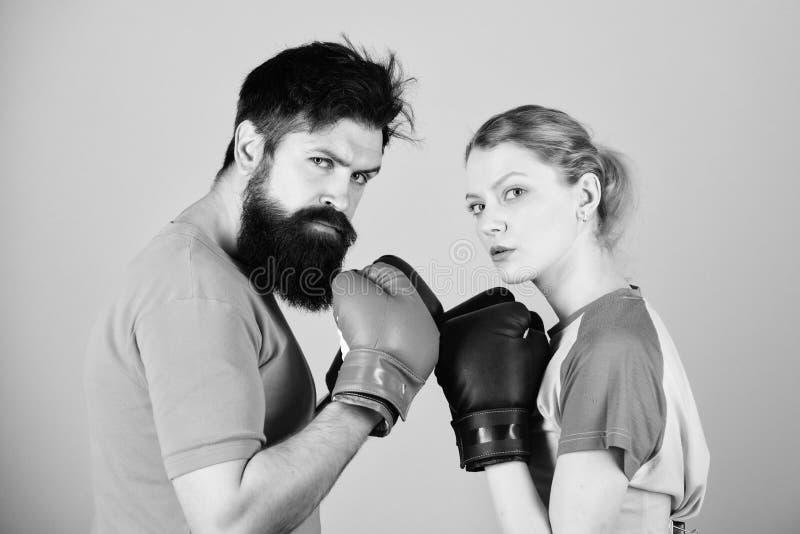 Sport dla everyone Amatorski boksu klub R?wne mo?liwo?ci Si?a i w?adza M??czyzna i kobieta w bokserskich r?kawiczkach Jest fotografia royalty free