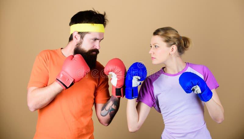 Sport dla everyone Amatorski boksu klub R?wne mo?liwo?ci Si?a i w?adza M??czyzna i kobieta w bokserskich r?kawiczkach rodzina zdjęcia royalty free