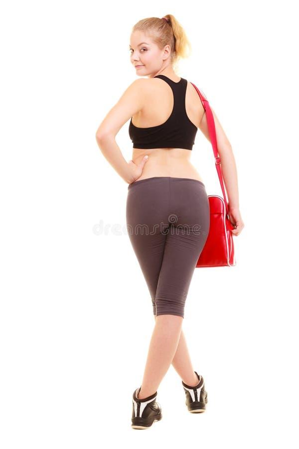 sport Dra tillbaka av sportig flicka för kondition i sportswear med idrottshallpåsen royaltyfri foto