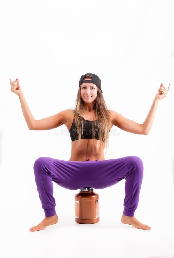 Sport dziewczyna z puszką proteina zdjęcia stock