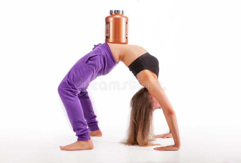Sport dziewczyna z puszką proteina zdjęcie stock