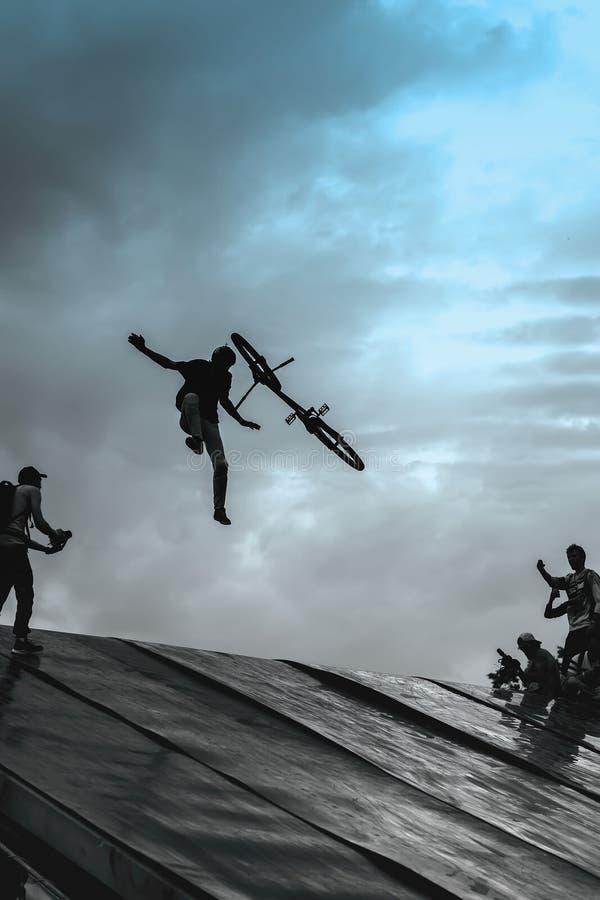 Sport e rischio di Extrem Prestazione infruttuosa ai concorsi Caduta dalla bici di BMX Il momento rischioso di caduta cade in fotografia stock