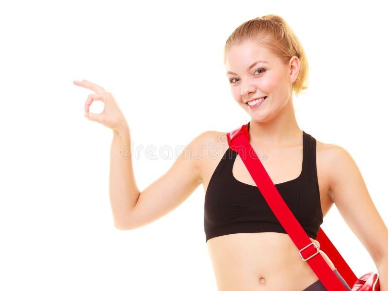sport Eignungsmädchen mit der Turnhallentasche, die okayhandzeichen zeigt stockfotografie