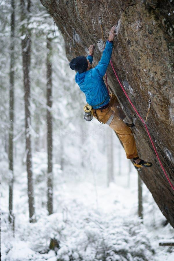 sport ekstremalny Młoda sportowa męska rockowego arywisty falezy wspinaczkowa ściana zdjęcia stock