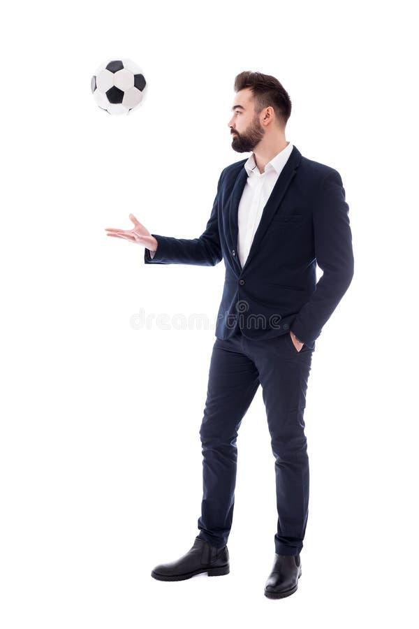 Sport en bedrijfsconcept - volledig lengteportret van knappe gebaarde die zakenman met voetbalbal op wit wordt geïsoleerd royalty-vrije stock foto's