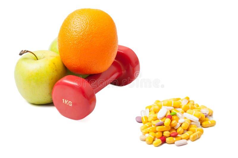 Sport en het gezonde eten tegenover pillen royalty-vrije stock foto