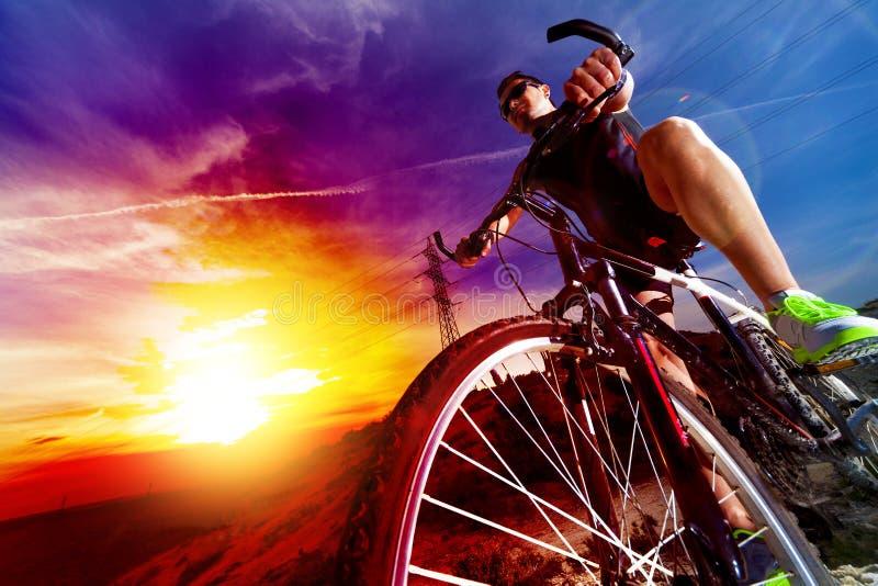 Sport en het gezonde leven Bergfiets en landschapsachtergrond royalty-vrije stock foto