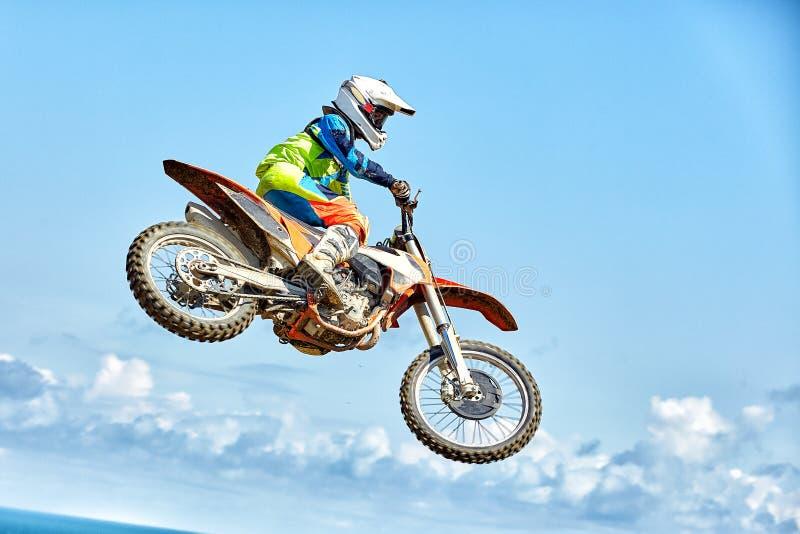 Sport estremi, salto del motociclo Il motociclista fa un salto estremo contro il cielo immagine stock