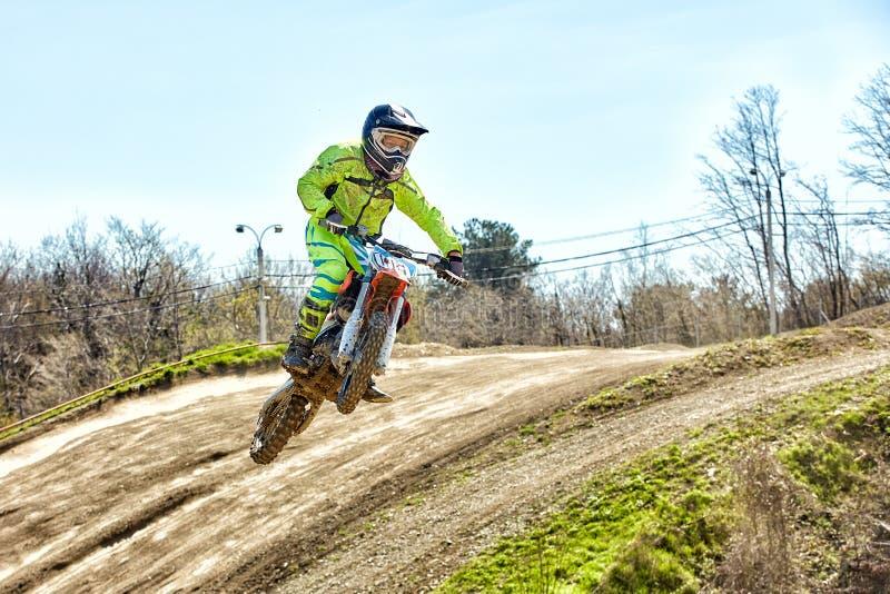 Sport estremi, salto del motociclo Il motociclista fa un salto estremo contro il cielo fotografia stock