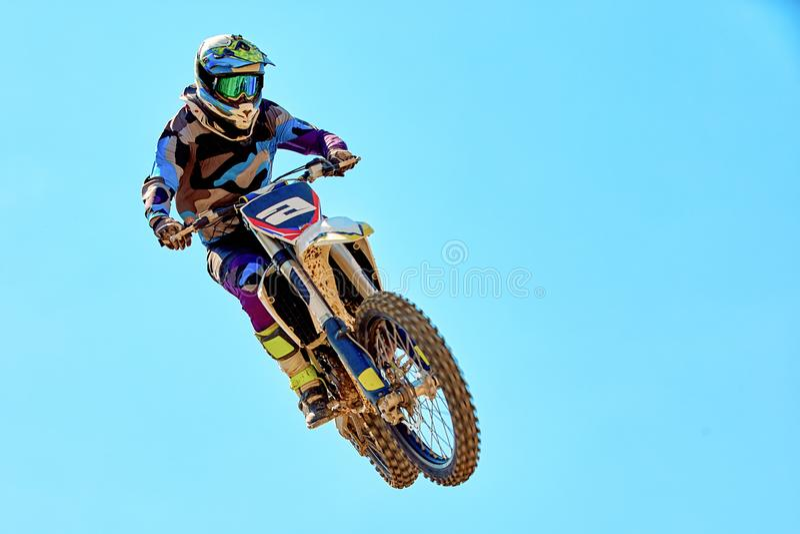Sport estremi, salto del motociclo Il motociclista fa un salto estremo contro il cielo fotografia stock libera da diritti