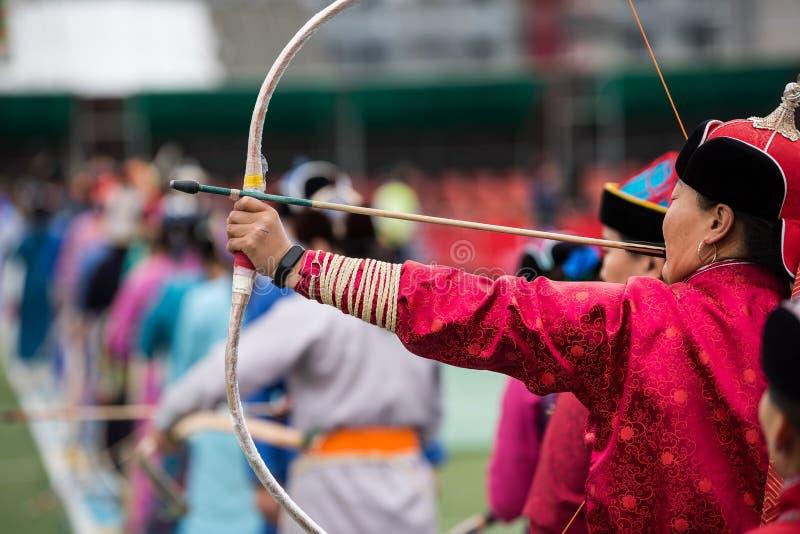 Sport för kvinnlig för Naadam festivalMongoliet bågskytte royaltyfri fotografi