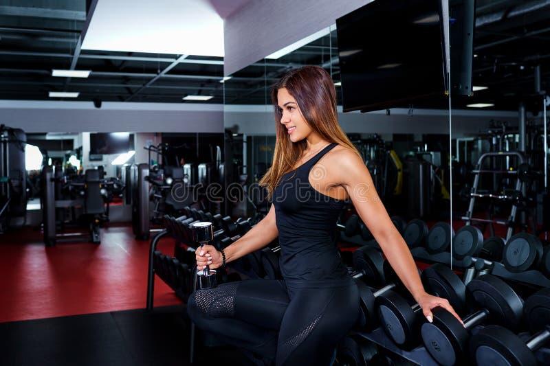 Sport, fitness Jonge vrouw bij de gymnastiek Meisje die oefening doen met stock afbeeldingen