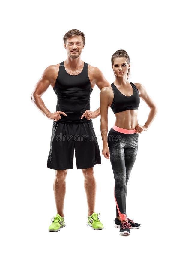 Sport, fitness, trainingconcept Geschikt paar, sterke spierman en het slanke vrouw stellen op een witte achtergrond stock afbeeldingen