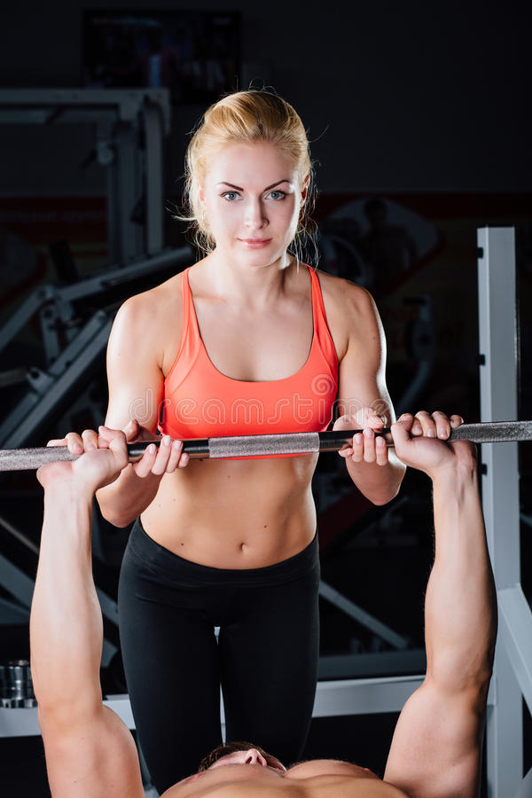 Sport, forme physique, travail d'équipe, haltérophilie et concept de personnes - travail personnel d'entraîneur de jeune fille av photographie stock