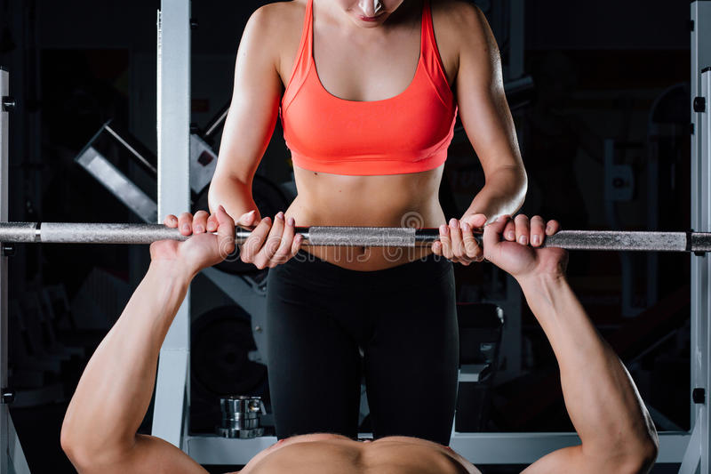 Sport, forme physique, travail d'équipe, haltérophilie et concept de personnes - travail personnel d'entraîneur de jeune fille av photos stock