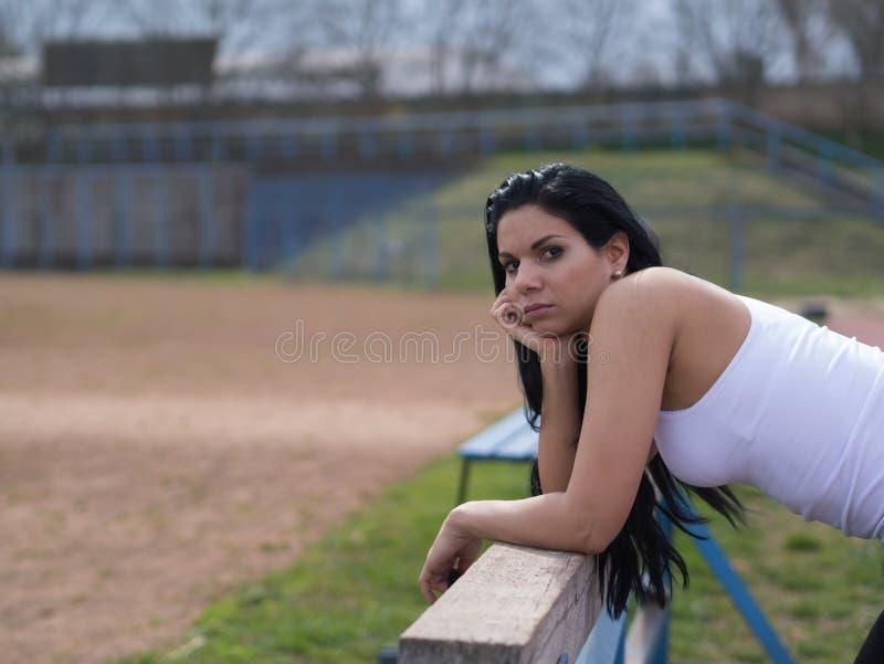 Sport- Frau bauen auf Sportausrüstung lizenzfreie stockfotografie