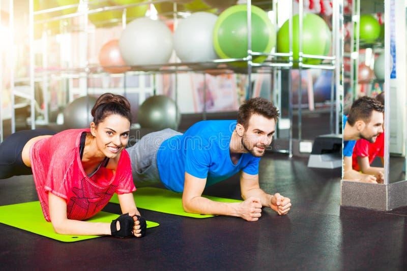 Sport - giovane coppia di forma fisica, addestramento del crossfit fotografie stock