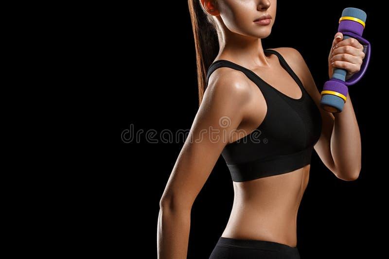 Sport Het lichaam van de vrouwensport sterk en mooi met domoren stock foto
