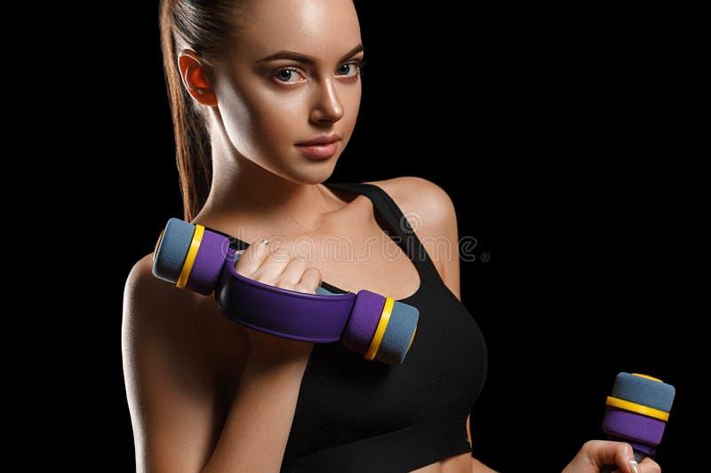 Sport Het lichaam van de vrouwensport sterk en mooi met domoren royalty-vrije stock fotografie