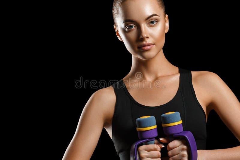 Sport Het lichaam van de vrouwensport sterk en mooi met domoren royalty-vrije stock afbeeldingen