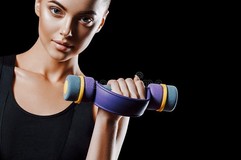 Sport Het lichaam van de vrouwensport sterk en mooi met domoren stock afbeeldingen