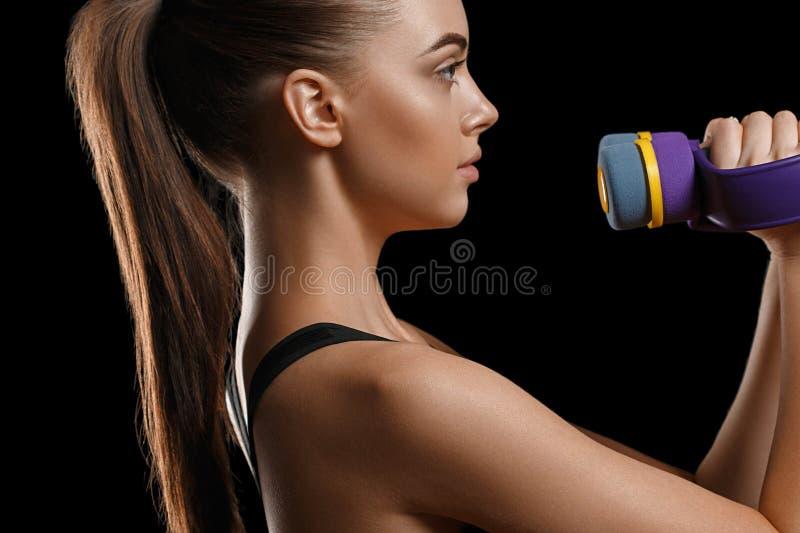 Sport Het lichaam van de vrouwensport sterk en mooi met domoren stock afbeelding