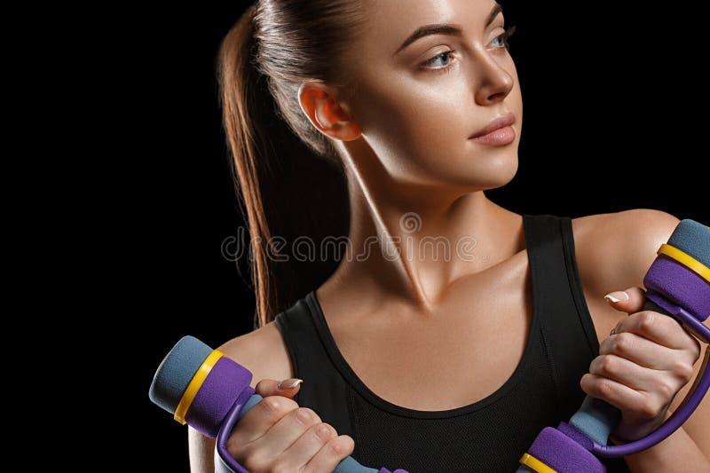 Sport Het lichaam van de vrouwensport sterk en mooi met domoren royalty-vrije stock afbeelding