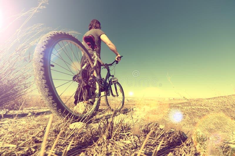 Sport i zdrowy życie Roweru górskiego i krajobrazu tło zdjęcie stock
