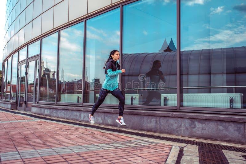 Sport istruttore, citt? di estate, salto funzionato, allenamento della donna di forma fisica Pensieri di mente di forza di motiva immagine stock
