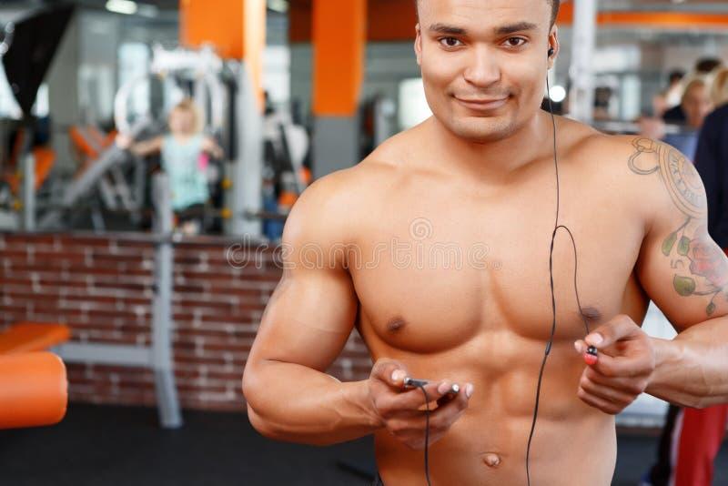 Sport jest przyjemnością Mężczyzna w gym obrazy stock