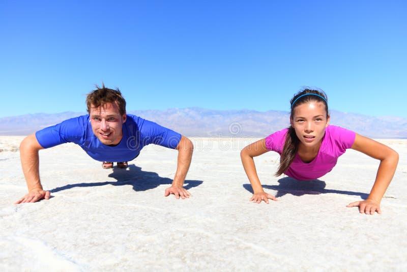 Sport - jeune couple de forme physique images stock