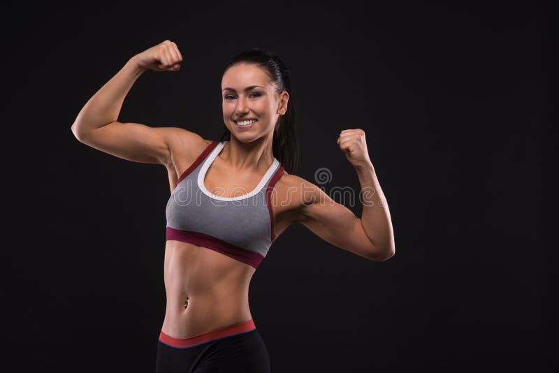 Sport-kijkt jongelui aardige dame met donker haar stock fotografie