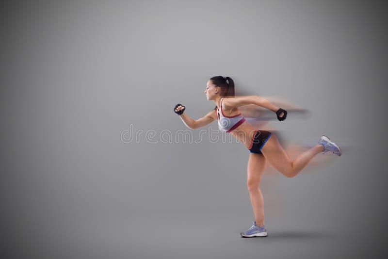 Sport-kijkt jongelui aardige dame met donker haar stock afbeeldingen