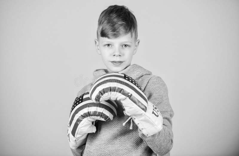 sport knock-out di perforazione Attività di infanzia Dieta di forma fisica salute di energia allenamento del pugile del bambino p fotografie stock