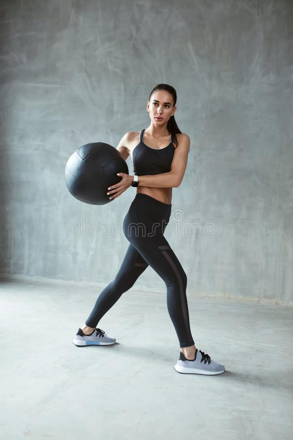 Sport kobieta W Czarnym Sportswear szkoleniu Z sprawności fizycznej piłką zdjęcia stock