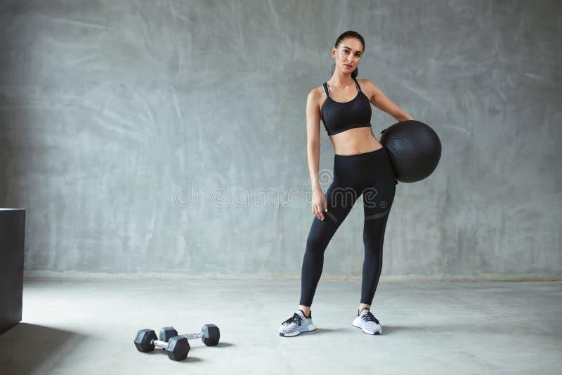 Sport kobieta W Czarnym Sportswear szkoleniu Z sprawności fizycznej piłką obraz stock