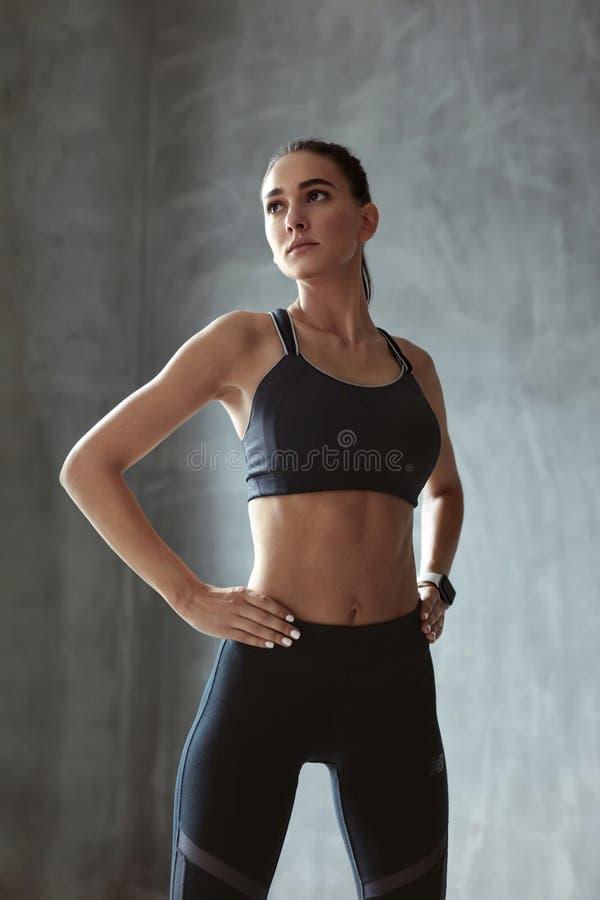 Sport kobieta W mody Sportswear Na Popielatym tle fotografia royalty free